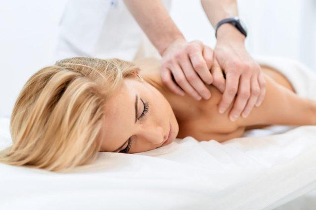 Что такое остеопатия, как проходит сеанс и какие болезни лечит остеопат