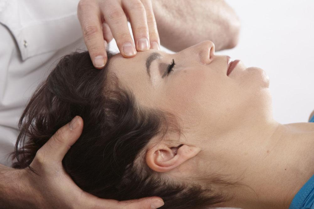 лечение на сеансе остеопата