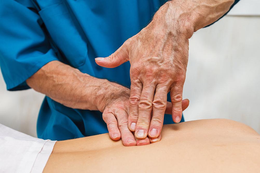 остеопат прорабатывает швы